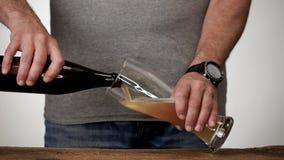 Cerveza en un vidrio almacen de metraje de vídeo
