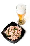 Cerveza en un vidrio y un plato con los camarones Fotografía de archivo libre de regalías