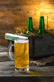Cerveza en una caja Imagen de archivo