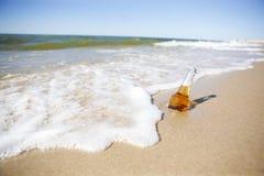 Cerveza en una playa Imagen de archivo libre de regalías