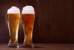 Cerveza en vidrio en de madera imagen de archivo libre de regalías