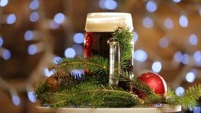 Cerveza en vidrio girar en fondo con el bokeh brillante de las luces Presentación de la cerveza oscura de la Navidad almacen de metraje de vídeo
