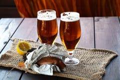 Cerveza en vidrios de cerveza imagen de archivo libre de regalías