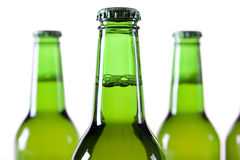 Cerveza enfriada en el fondo blanco Fotos de archivo