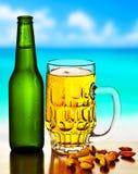 Cerveza fría en la playa Imágenes de archivo libres de regalías