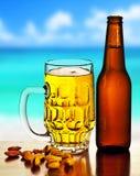 Cerveza fría en la playa Fotografía de archivo libre de regalías
