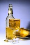 Cerveza fría en misted sobre el vidrio fotos de archivo libres de regalías