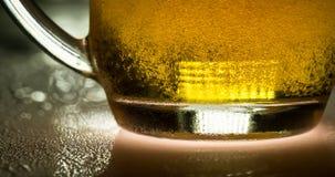 Cerveza fría ligera de la taza almacen de video