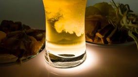 Cerveza fría y bocados salados metrajes