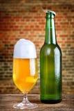 Cerveza fresca con espuma Fotos de archivo