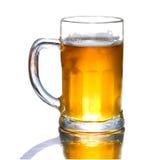 Cerveza fresca de la taza aislada Fotografía de archivo libre de regalías
