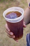 Cerveza fresca a disposición Fotografía de archivo libre de regalías