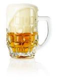 Cerveza fresca escarchada con el fondo de la espuma Fotos de archivo