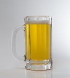Cerveza helada en una taza Fotografía de archivo