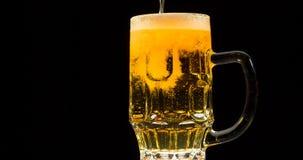 Cerveza Inflowing almacen de metraje de vídeo