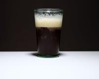 Cerveza inglesa de Bélgica en la tabla Imágenes de archivo libres de regalías