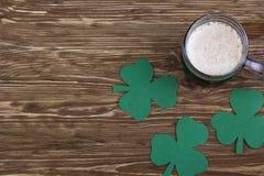 Cerveza irlandesa para el día del St Patick y las hojas del trébol Imagen de archivo