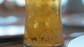 Cerveza ligera con las burbujas almacen de metraje de vídeo