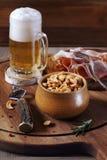 Cerveza, nueces y carnes sin filtro Fotos de archivo