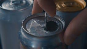 Cerveza o poder de soda de apertura, tiro macro con el sonido metrajes