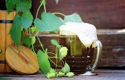 Cerveza oscura con el barril de madera Foto de archivo libre de regalías