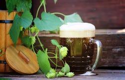 Cerveza oscura con el barril de madera Fotografía de archivo