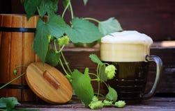 Cerveza oscura con el barril de madera Imagenes de archivo