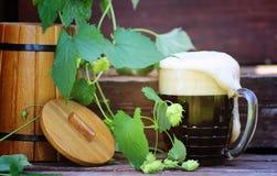 Cerveza oscura con el barril de madera Imagen de archivo