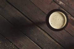 Cerveza oscura en un vidrio fotos de archivo