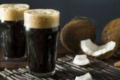 Cerveza oscura fría de restauración del coco foto de archivo libre de regalías