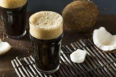 Cerveza oscura fría de restauración del coco fotos de archivo libres de regalías