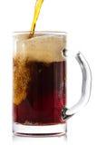 Cerveza oscura que vierte en el vidrio Imagen de archivo libre de regalías