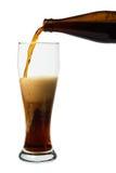 Cerveza oscura que vierte en un vidrio imagenes de archivo