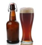 Cerveza oscura y botella superior del oscilación Imagenes de archivo