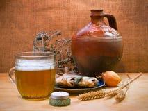 Cerveza, pescados y jarro Todavía vida 1 Fotografía de archivo libre de regalías