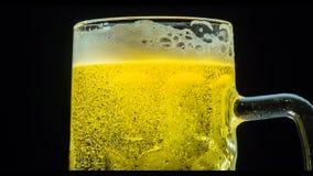 Cerveza que hace espuma en una taza