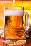 Cerveza que se llena Foto de archivo libre de regalías