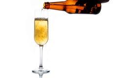 Cerveza que vierte en el vidrio Fotografía de archivo