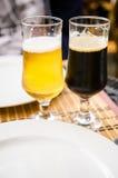 Cerveza rubia, cerveza oscura Fotografía de archivo libre de regalías