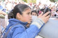 Cerveza-Sheva, ISRAEL - 5 de marzo de 2015: Adolescente con un teléfono móvil Fotos de archivo libres de regalías