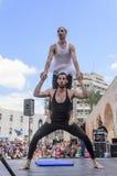 Cerveza-Sheva, ISRAEL - 5 de marzo de 2015: Dos hombres, payasos, gimnastas, uno de ellos en un tutú - con ejercicios en la etapa Foto de archivo