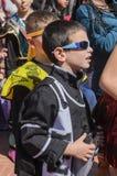 Cerveza-Sheva, ISRAEL - 5 de marzo de 2015: Dos muchachos en los trajes y las gafas de sol negros - Purim Fotografía de archivo
