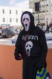 Cerveza-Sheva, ISRAEL - 5 de marzo de 2015: El hombre en la muerte negra del traje con una inscripción en hebreo foto de archivo libre de regalías