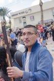 Cerveza-Sheva, ISRAEL - 5 de marzo de 2015: El hombre en vidrios con una barra del juguete en su mano en la calle - carnaval de P Imágenes de archivo libres de regalías
