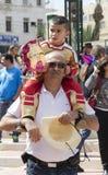 Cerveza-Sheva, ISRAEL - 5 de marzo de 2015: Engendre con su hijo en sus hombros - en vestido de lujo de un guerrero Purim Fotografía de archivo libre de regalías
