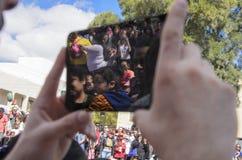 Cerveza-Sheva, ISRAEL - 5 de marzo de 2015: Las manos - sostenga la tableta, que está siendo Purim tirado Imágenes de archivo libres de regalías