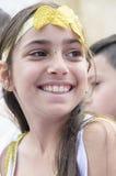 Cerveza-Sheva, ISRAEL - 5 de marzo de 2015: Muchacha adolescente sonriente con un color amarillo artificial de la hoja del vendaj Fotos de archivo