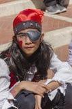 Cerveza-Sheva, ISRAEL - 5 de marzo de 2015: Muchacha con el pelo largo vestido como piratas en la bufanda roja, Imagen de archivo