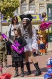 Cerveza-Sheva, ISRAEL - 5 de marzo de 2015: Muchacha en un vestido negro con una guitarra inflable rosada y una muchacha en un ve Fotografía de archivo