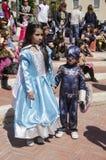 Cerveza-Sheva, ISRAEL - 5 de marzo de 2015: Muchacha en una princesa azul del vestido y el muchacho en un astronauta azul del tra Imágenes de archivo libres de regalías
